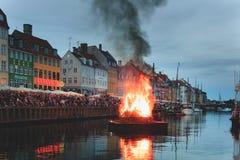 Copenhague, la Zélande Danemark - 23 juin 2019 : Brûlant la sorcière sur le feu le milieu du canal de Nyhavn pendant le Sankthans photographie stock