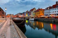 copenhague Le canal de Nyhavn est à l'aube photographie stock libre de droits