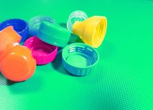 Coperchi a vite di plastica della bottiglia immagini stock libere da diritti