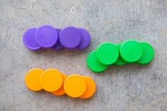 Coperchi a vite di plastica della bottiglia usati per sigillare le bottiglie di plastica Fotografia Stock