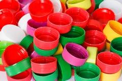Coperchi a vite di plastica variopinti della bottiglia Immagini Stock Libere da Diritti