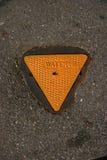 Coperchio al suolo dell'acqua del metallo giallo su cemento Fotografia Stock Libera da Diritti