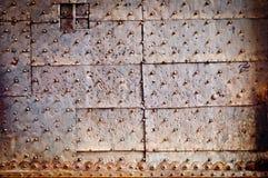Coperchio arrugginito del metallo del vecchio portello con i ribattini Immagini Stock