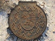 Coperchio del ferro sull'entrata della fogna Fotografia Stock Libera da Diritti