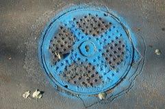Coperchio della fogna con vernice blu. Immagine Stock Libera da Diritti