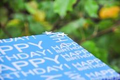 Coperchio della scatola di buon compleanno con le stelle d'argento sul coperchio Presenti in scatola blu, le celebrazioni di comp Fotografia Stock Libera da Diritti