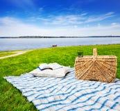 Coperta, cuscino & cestino di picnic Fotografia Stock Libera da Diritti