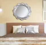 Coperta d'argento moderna della pelliccia di falsificazione dello specchio della camera da letto fotografia stock