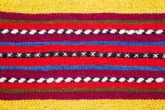 Coperta di lana tessuta mano bulgara in un modello a strisce luminoso Immagini Stock Libere da Diritti