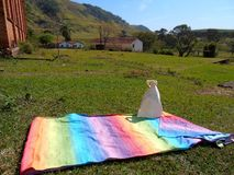 Coperta di picnic nel campo soleggiato immagini stock