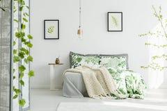 Coperte da letto e coperta floreali Fotografie Stock Libere da Diritti
