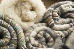 Coperte della lana sullo scaffale Immagine Stock