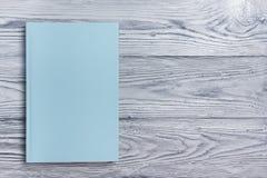 Copertina di libro in bianco su fondo di legno strutturato Copi lo spazio Immagini Stock Libere da Diritti