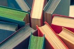 Copertine di libro colorate, vista superiore Fondo di istruzione immagini stock