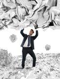 Coperto da una pioggia dei documenti della burocrazia Immagini Stock