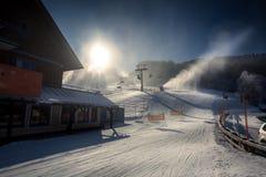 Coperto dall'hotel tradizionale della neve in alpi al piede della montagna Fotografie Stock