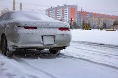 Coperto di segnali di arresto della neve un'automobile sportiva fotografia stock libera da diritti