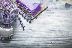 Copertura aromatica del barattolo del sale da bagno della lavanda fatta a mano del sapone sulla BO di legno Immagine Stock Libera da Diritti