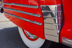 Copertura classica della passaruota dell'automobile con le bande di Chrome Fotografia Stock Libera da Diritti