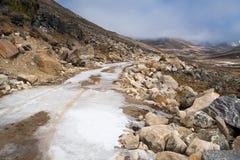 Copertura congelata ghiaccio su terra e sulla strada ad ALLO ZERO ASSOLUTO Immagini Stock Libere da Diritti