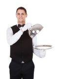 Copertura del coperchio della tenuta del cameriere sopra il vassoio vuoto immagini stock libere da diritti