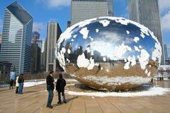 Copertura del fagiolo di Chicago Skygate di visita della gente dalla neve Fotografie Stock Libere da Diritti