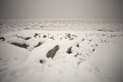 copertura del ghiaccio sul fiume di inverno immagine stock