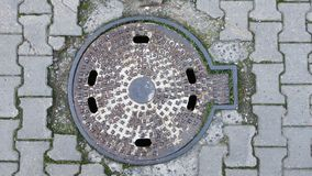 Copertura della copertura dell'acqua sulla strada immagini stock