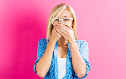 Copertura della giovane donna la sua bocca Fotografia Stock