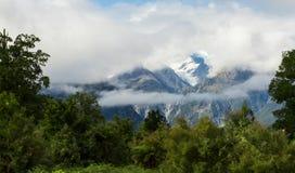Copertura della montagna con neve e la nuvola Fotografie Stock