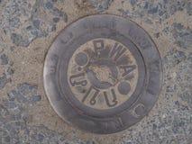 Copertura di botola su pavimentazione con i modelli immagini stock libere da diritti