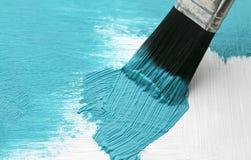 Copertura di spazzola di arte il legno con uno strato spesso di pittura blu luminosa Fotografia Stock Libera da Diritti