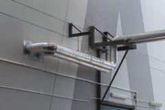 Copertura industriale della tubatura dell'acqua e dell'aria con foglio di alluminio immagine stock