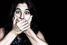 Copertura spaventata della donna la sua bocca Immagini Stock Libere da Diritti