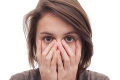 Copertura sveglia della giovane donna il suo fronte Immagine Stock
