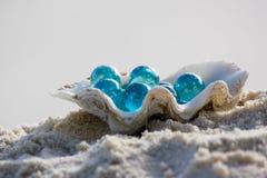 Coperture con i ciottoli di vetro sulla sabbia Fotografia Stock Libera da Diritti