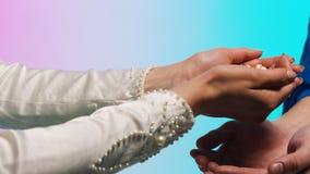 Coperture della tenuta della donna in sue mani azione La donna versa le coperture nelle mani di un uomo fotografie stock