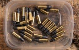 Coperture delle munizioni sulla plancia di legno Fotografia Stock