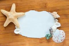 Coperture e stelle marine sulla tavola Fotografia Stock Libera da Diritti