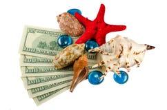 Coperture stelle marine e gocce di acqua su soldi isolati Fotografia Stock