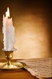Copi la vista dello spazio sulla candela risplendente e sulle vecchie note Fotografia Stock Libera da Diritti
