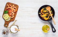 Copi lo spazio dei gamberetti che cucinano la pentola Fotografie Stock Libere da Diritti
