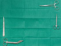 Copi lo spazio del testo con la lama della chirurgia, le forbici, la presa del crampo, baum sopra fotografia stock libera da diritti