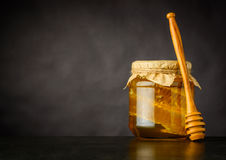 Copi lo spazio di Honey Jar con il dispositivo di gocciolamento Fotografie Stock Libere da Diritti
