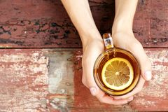 Copi lo spazio La tazza di tè caldo con il limone Mani Il concetto di Immagini Stock Libere da Diritti