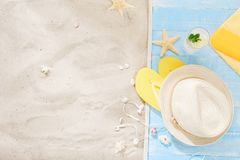 Copia del fondo del verano de las vacaciones del viaje de la arena de los accesorios del viajero Fotos de archivo libres de regalías