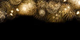 Copia dorata s del copyspace del fondo dell'oro dei fuochi d'artificio di notte di San Silvestro fotografia stock