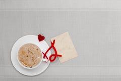 Copia-espacio caliente de la tarjeta en blanco del amor del símbolo del corazón de la bebida del café blanco de la taza Imagen de archivo libre de regalías