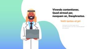 Copia horizontal plana del doctor del control del ordenador portátil de la consulta de la clínica médica del hombre del hospital  ilustración del vector