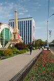 Copia riduttrice della torre Eiffel davanti ai negozi a Almaty Fotografia Stock